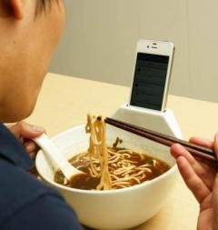 bol-avec-dock-iphone-anti-loneliness-ramen-bowl