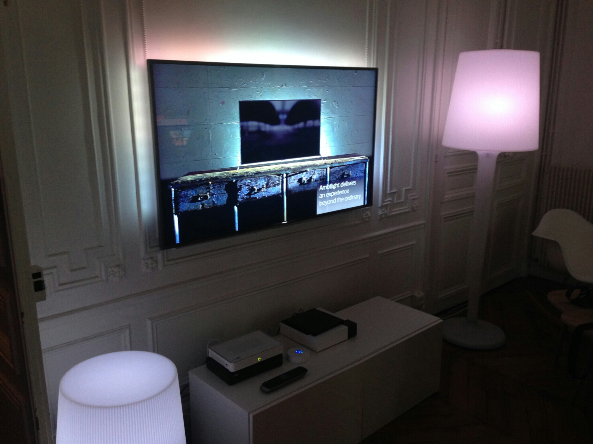 compte rendu ambilight de philips une tv qui ambiance vos murs. Black Bedroom Furniture Sets. Home Design Ideas